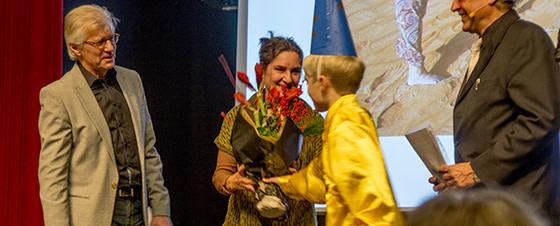 Som en af 5 nominerede får jeg blomster og gode ord med på vejen.